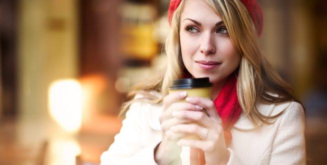 femeie cu cafea