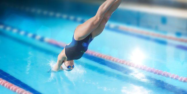 femeie sarind in piscina