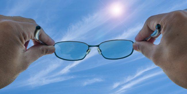 Cum să îți alegi ochelarii de soare în funcție de forma feței
