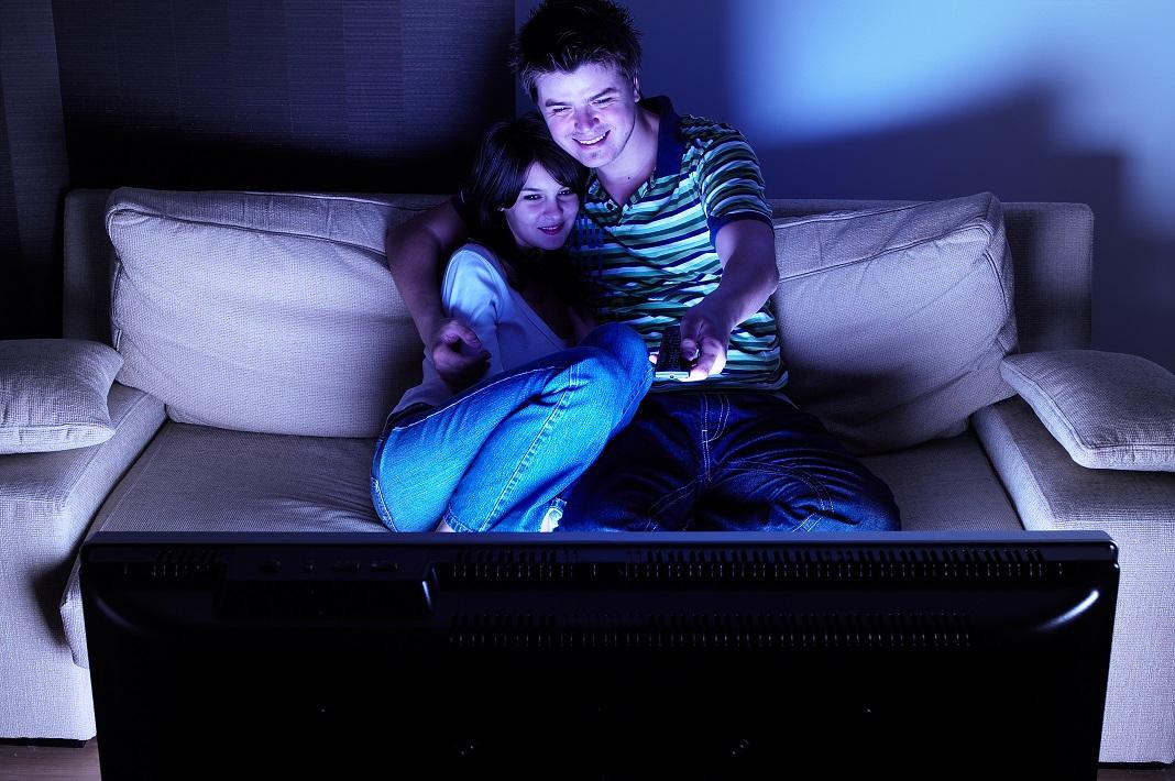 cuplu-la-televizor