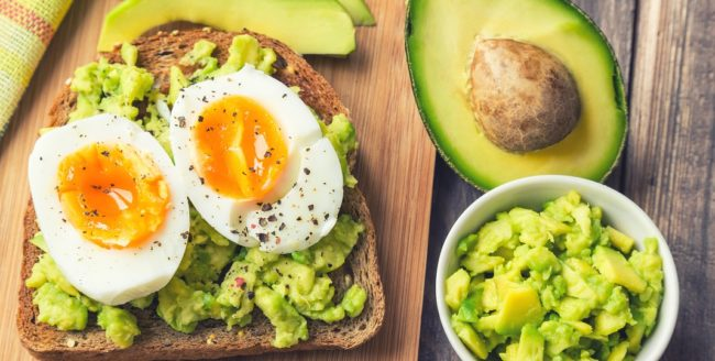 3 rețete cu avocado pentru micul dejun