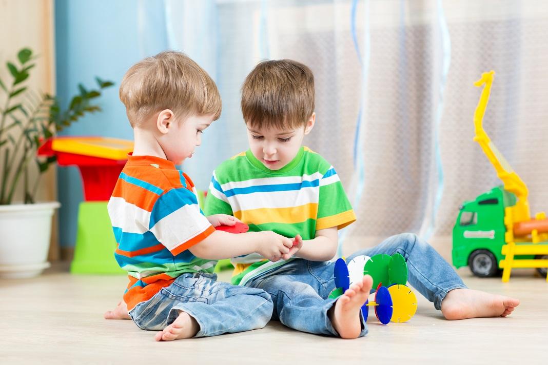 copii-se-joaca-pe-jos