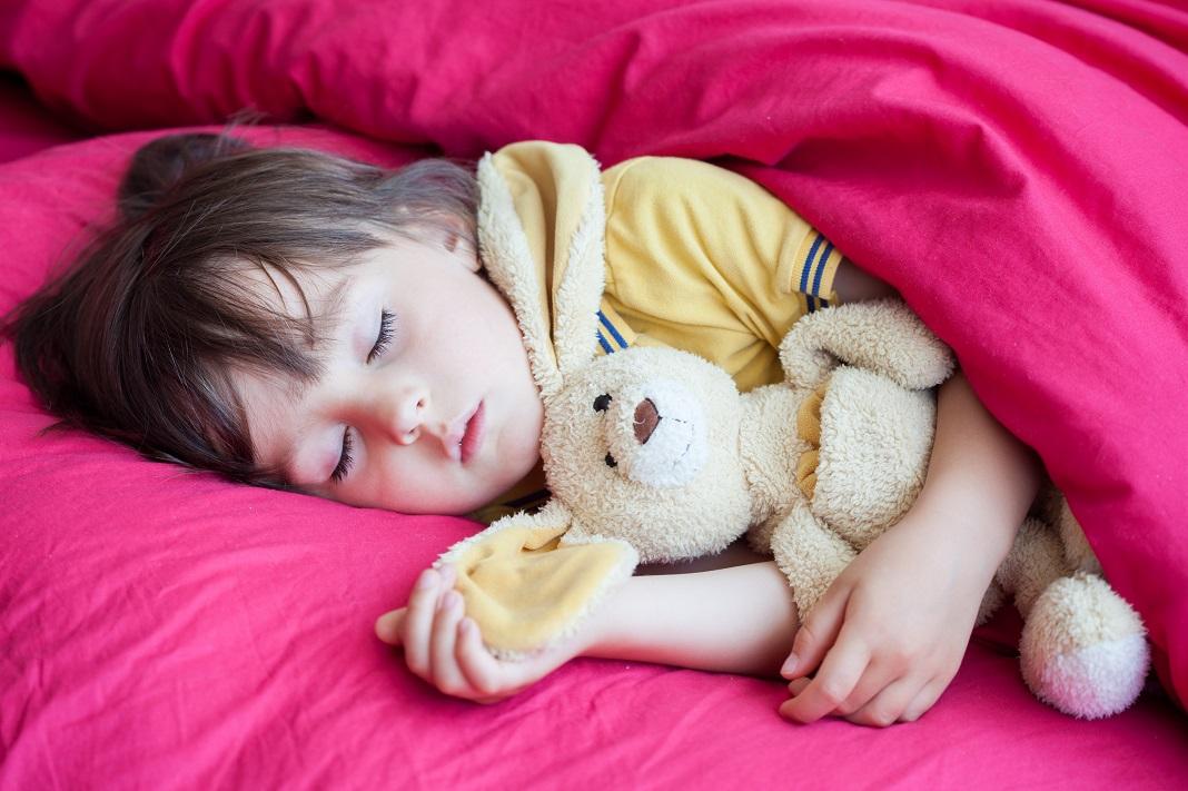 copil-doarme-cu-jucarie