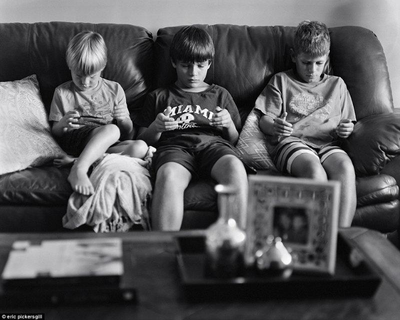 copii pe canapea