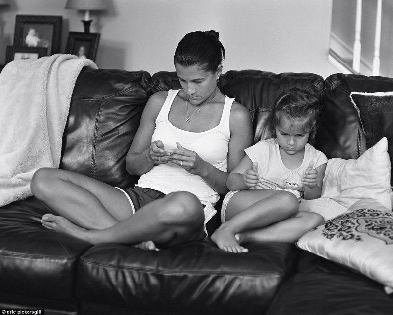 mama si fiica pe canapea