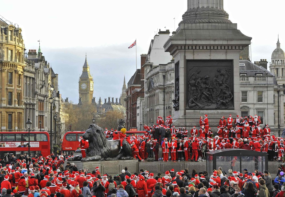 Hundreds of revellers dressed in Santa outfits assemble around Trafalgar Square in central London December 15, 2012. The annual 'Santacon' is a Christmas parade that traditionally takes place in London one Saturday every December. REUTERS/Toby Melville (BRITAIN - Tags: SOCIETY CITYSCAPE)