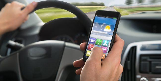 [Studiu] Tot mai mulți şoferi folosesc telefonul în timp ce conduc