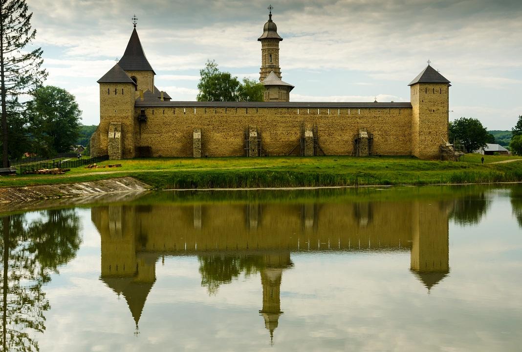 manastirea-dragomirna_54896485