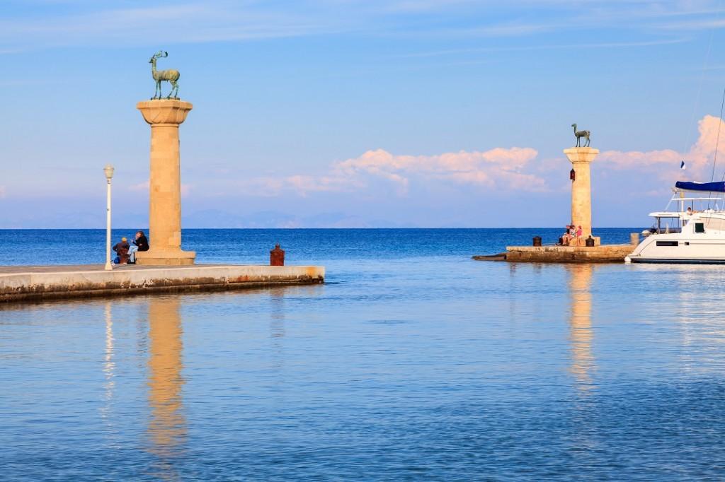 statui-caprioare-portul-mandraki-rodos-grecia_48997586
