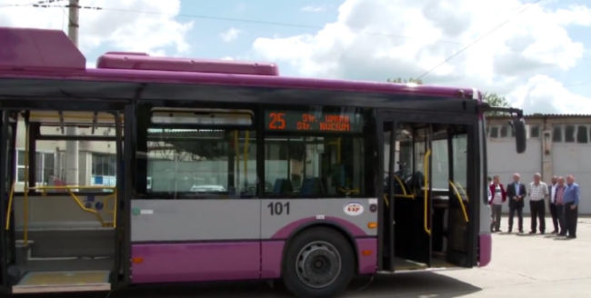 A fost pus în circulație primul troleibuz mov din oraș