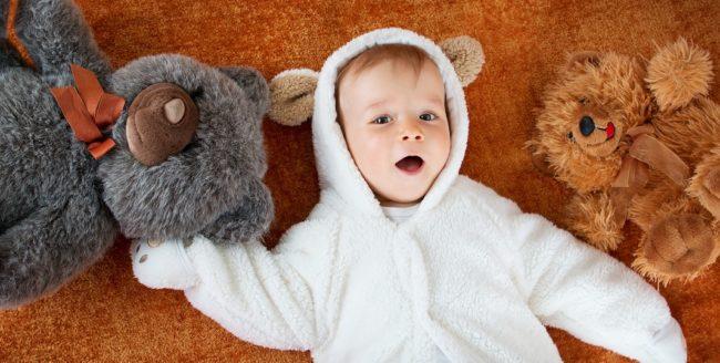 bebelus-cu-jucarii