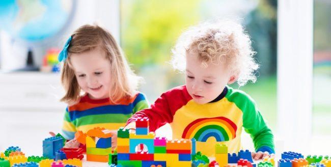 copii jucandu-se cu lego
