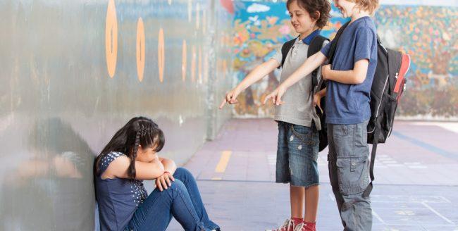 Cum ajutăm copiii hărțuiți de colegii de școală