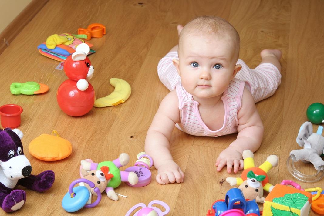copil mic cu jucarii
