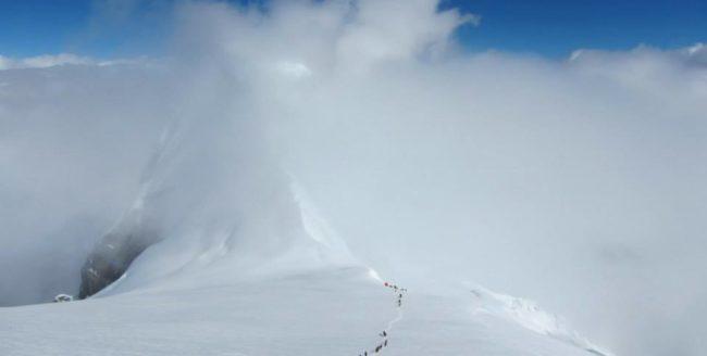 Un alpinist clujean a cucerit vârful Manaslu din Himalaya