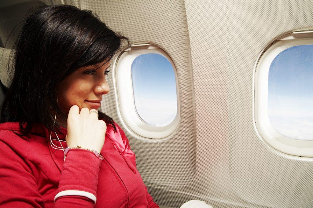 femeie calatorind cu avionul