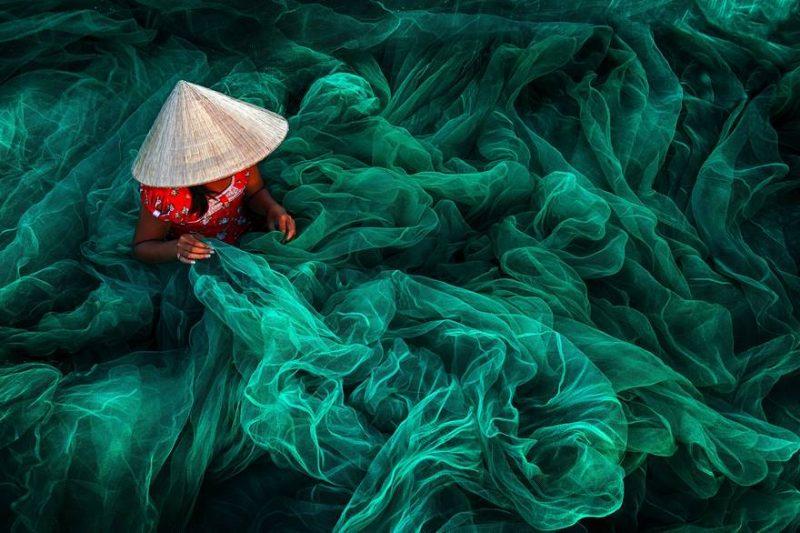 femeie impletind plasa de pescuit în Phan Rang