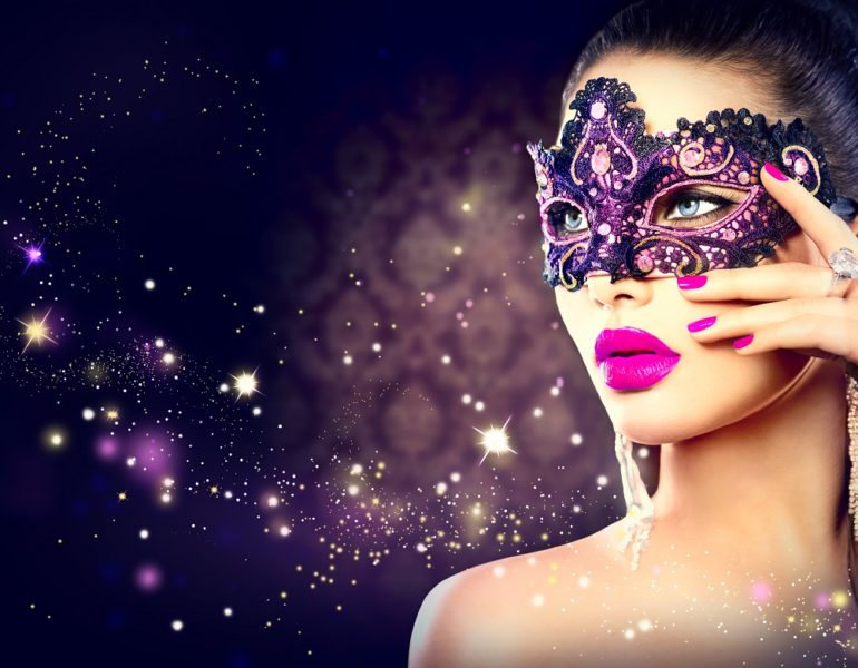 femeie cu masca de carnaval