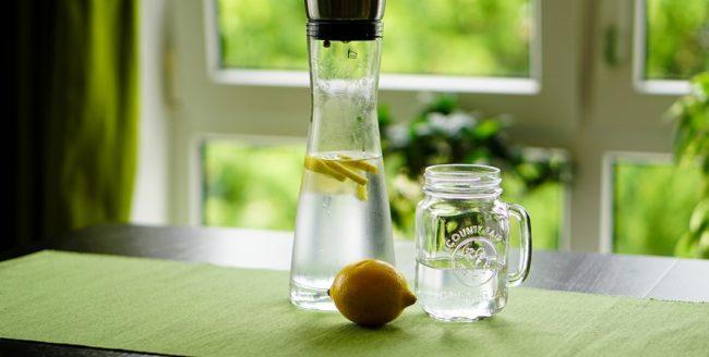 apă plată cu lămâie