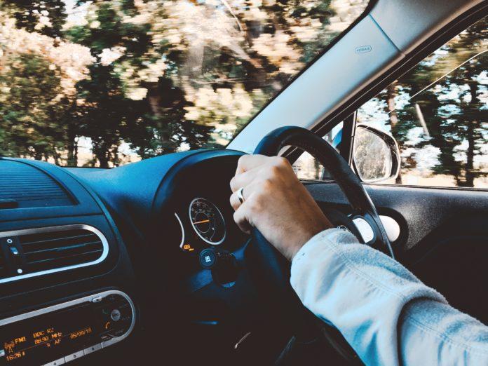 persoana in masina