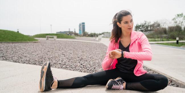 Cum ne poate ajuta o brățară fitness în activitățile sportive?