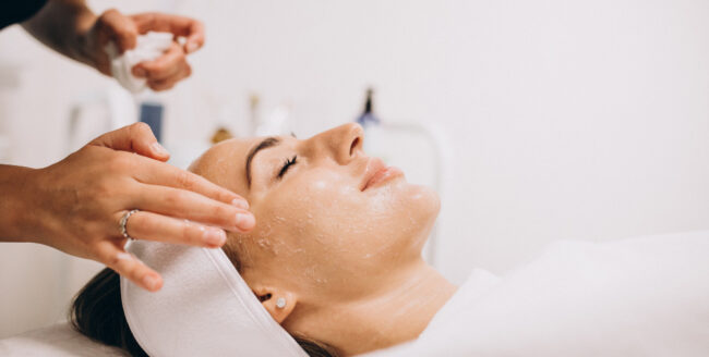 Tratament cosmetic profesional la un salon de specialitate